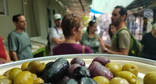 סיור בשוק על רקע הזיתים