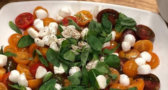 סלט עגבניות שרי ומוצרלה בקערית לבנה