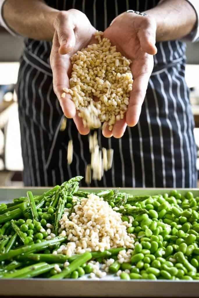 שף יוחנן מכין סלט חיטה וירקות ירוקים