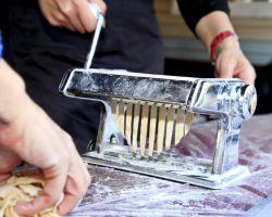 מכינים פסטה במכונת פסטה
